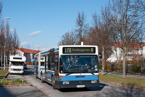 Eng geht es am Werner-Egk-Bogen zu — das ist keine Einbahnstraße