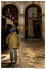 - De paseo - (Roberto Fraile) Tags: barcelona street architecture canon calle spain arquitectura catalonia catalunya roberto ohhh iluminacion composicion caminante robado fraile canon1000d canonefs18200mmf3556is mygearandme robertofraile flickrstruereflection1 flickrstruereflection2 rememberthatmomentlevel4 rememberthatmomentlevel1 rememberthatmomentlevel2 rememberthatmomentlevel3 rememberthatmomentlevel7 rememberthatmomentlevel9 rememberthatmomentlevel5 rememberthatmomentlevel6 rememberthatmomentlevel8 rememberthatmomentlevel10