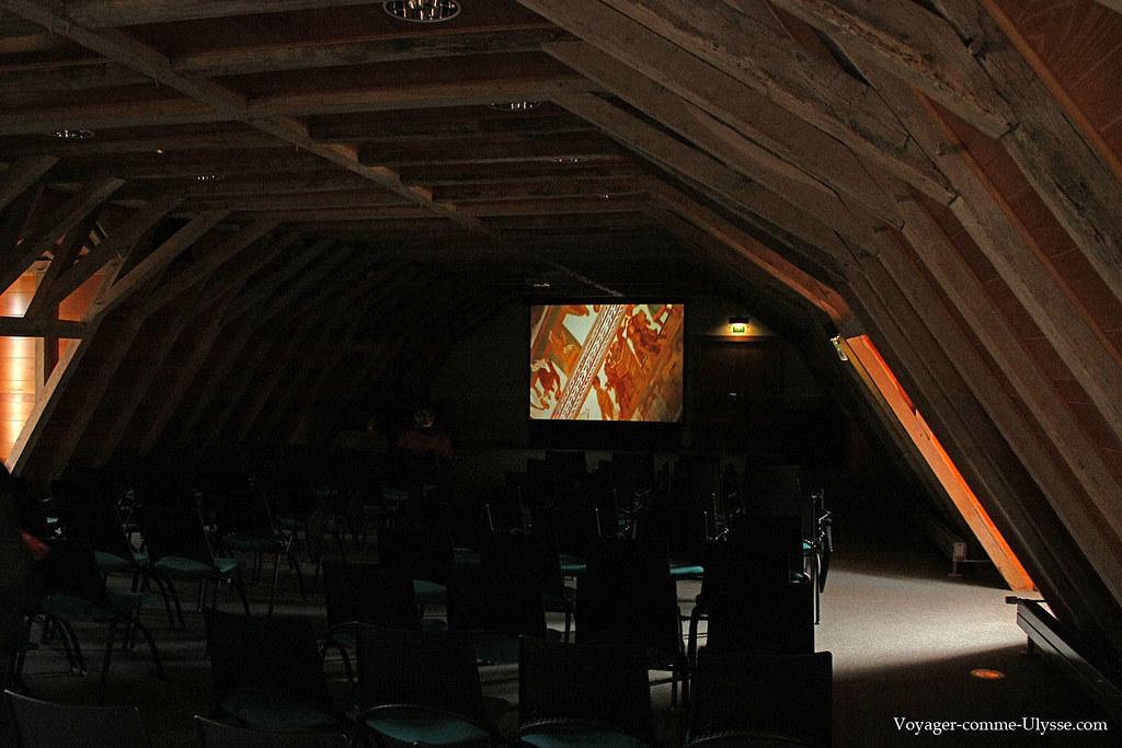 Un film sur les fresques est présenté aux visiteurs