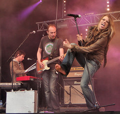 nikki kerkhof (all female barefoot musicians) Tags: feet nude stage nackt barefoot fsse bhne barfuss sngerin
