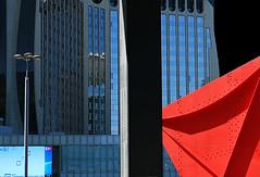 Visione interrotta (salvatore tardino) Tags: red paris glass canon iron 5d parete rosso defense architettura moderno lampione vetro parigi palazzi spazio vetrata trave scultura ferro costruzioni linee pilastro prospetto facciatacontinua