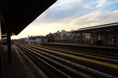 DSC05997 (ad454) Tags: newyorkcity subway cityscape publictransportation queens wreath mta citylandscape jacksonheights elmhurst subwayplatform subwaytracks rooseveltavenue 82ndstreet sonydscw55 holidaydeocrations