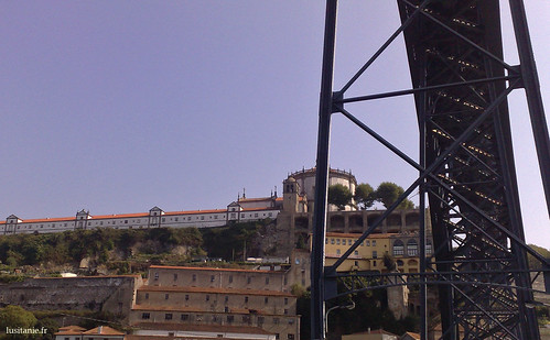 A Serra do Pilar, com o seu antigo mosteiro, hoje quartel
