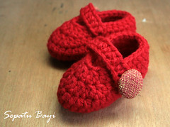 Sepatu Bayi - Red Chili (Sarah Seth) Tags: red shoe design handmade crochet button techniques babybooties crochetbooties acrylicyarn uniquegift