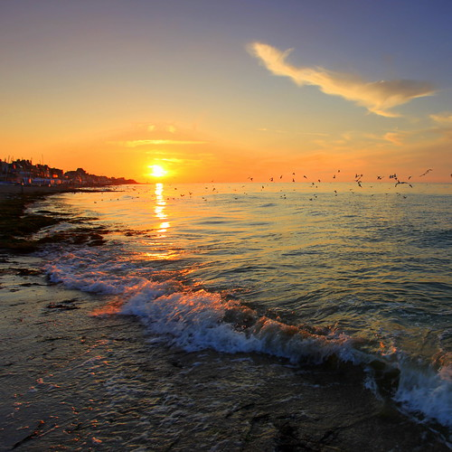 Coucher de soleil sur une plage normande, avec couleurs saturées