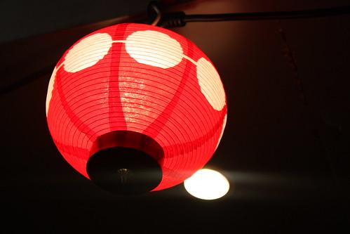 この赤い提灯のお店4店で飲めます(アヒルビアホール、ハモニカキッチン、モスクワ、ポヨ)