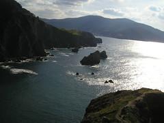 Y al fondo, Bakio (mahatsorri) Tags: sol azul agua bizkaia isla euskalherria euskadi vizcaya bakio bermeo acantilados aketx islaaketx