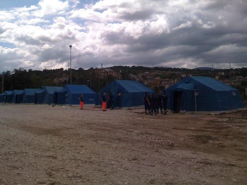 Montage des tentes en paires (AQ) pour la réunion nationale