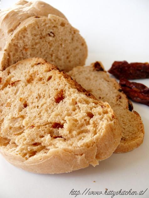 Pane con lievito madre ai pomodori secchi
