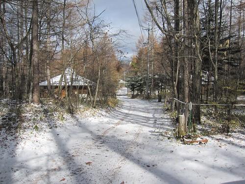 初雪の山荘前道路 2009年11月3日9:34am by Poran111