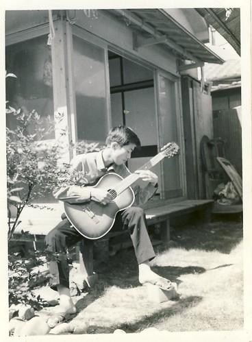家でギターを弾く/高校2年 1963年 by Poran111