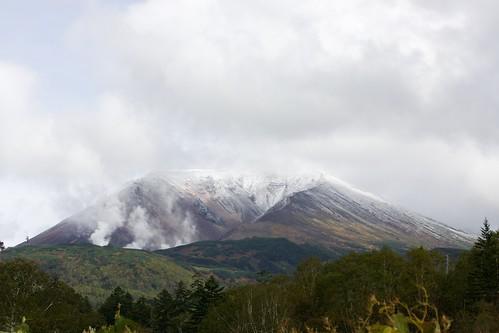 初冠雪した旭岳が顔をのぞかす