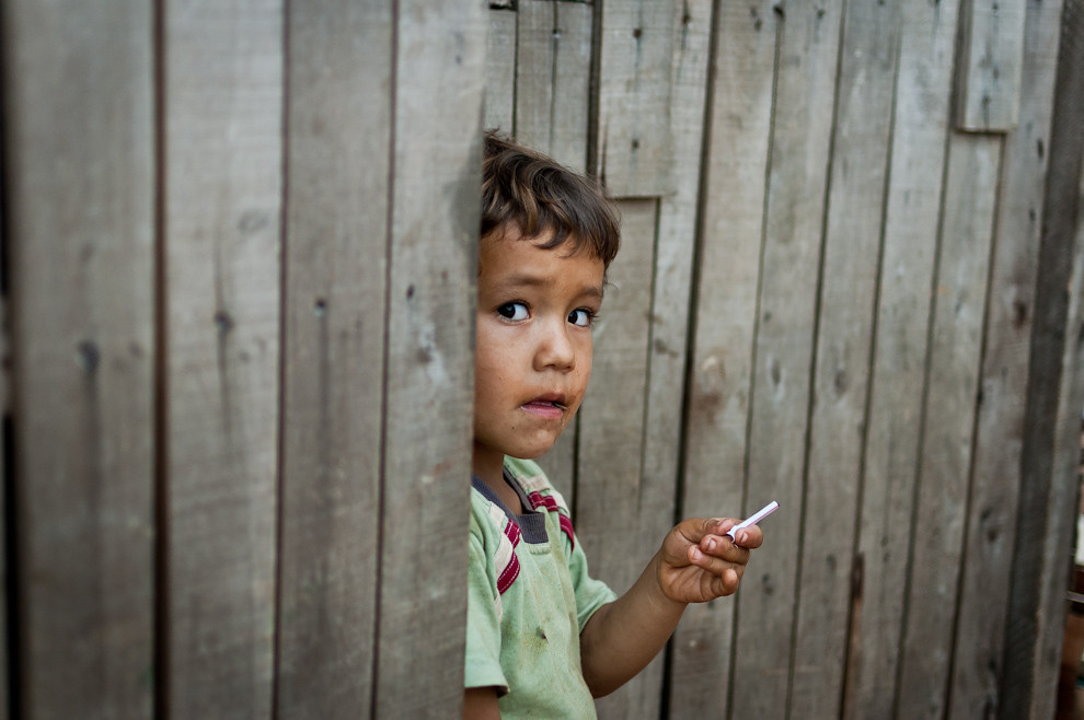 Un niño futuro habitante de la nueva casa observa tímidamente a los que trabajan, gracias a la campaña el tendrá un nuevo techo y un presente mas digno. (Elton Núñez - Asunción, Paraguay)