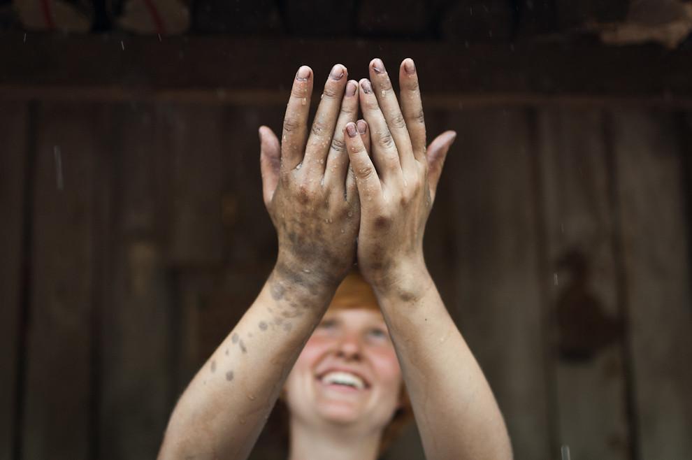 Una milagrosa lluvia cayo el sábado 25 a la tarde, durante la trabajosa etapa de instalación de los cimientos, el clima aportó buen ambiente para trabajar al aire libre en esta oportunidad. (Elton Núñez - Asunción, Paraguay)