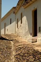 (lemondeestanous) Tags: door shadow portugal window stone strada ombra porte pietra bianco portogallo finestre mertola