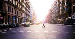 (Luis Hernandez - D2k6.es) Tags: barcelona street plaza city light sun luz sol car canon atardecer calle spain gente bcn ciudad colores flare catalunya f2 angular sabado coches s90 barna condal peaton d2k6 gettyimagesspainq1