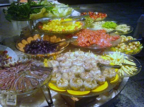 Buffet de ensaladas, mariscos y pescados