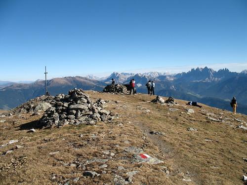 Die Königsanger Spitze mit der Plose, dem Peitler Kofel und den Geisler Spitzen in Villnöss im Hintergrund