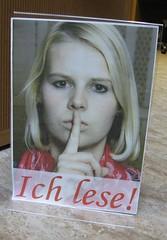 Schild in der SLUB Dresden, Frau hält Finger an den Mund, Aufschrift 'ich lese'