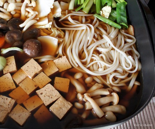 Udon-suki with white shimeji mushrooms