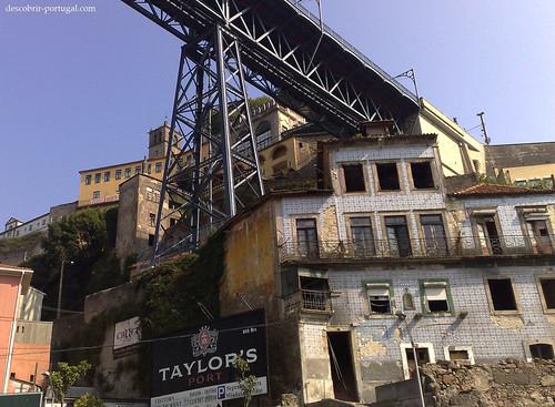 Antigos prédios degradados, juntos à ponte Dom Luís
