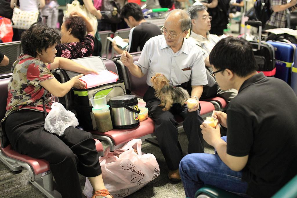 一家人居然在機場野餐~XD