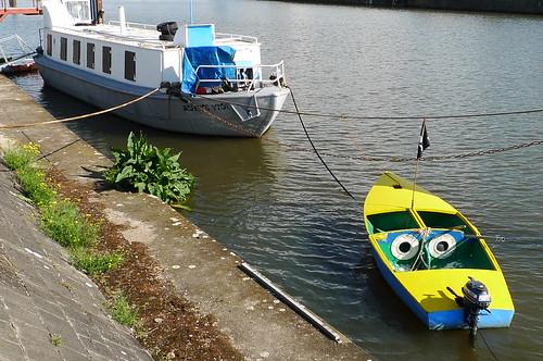 Kunstschiff Schute Vita mit Beiboot im Offenbacher Hafen. August 2010