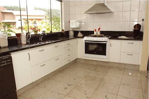 cozinha com piso de granito branco diamond