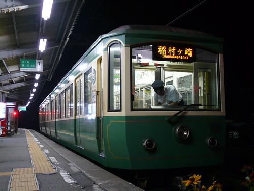 江ノ電22F稲村ヶ崎行き最終電車@稲村ヶ崎