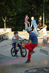 DSC_8661 (Cha gi Jos) Tags: france bike bicycle playground sport kids fly jump sunday scooter skateboard roller bicyclette lorraine sonntag fahrrad dimanche metz moselle fliegen amphithtre voler kickscooter rcration trottinette gareroutire tretroller