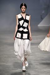 Issey Miyake (Lilian Pacce) Tags: branco pretoebranco peb volume calça