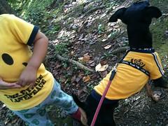 散歩なう。今日は小さな子と一緒に遊んでもらいました!黄色いシャツがおそろ。