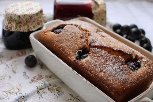 Cake with white whine and black grapes