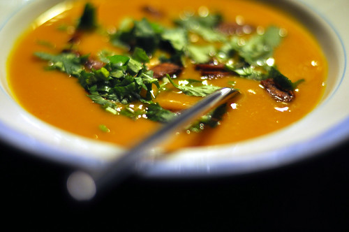 Græskarsuppe med koriander og ristet chorizo