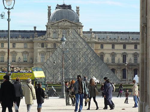 La pyramide du Louvre.jpg