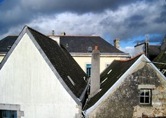Two by two... Walking on Concarneau fortifications walls (Sokleine) Tags: houses france architecture buildings brittany maisons bretagne concarneau roofs slate 29 ardoise huser finistre toits dcher schiefer villeclose