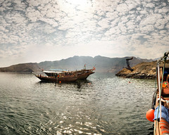 Oman - Musandam - 14-11-2010 - 12h13 (Panoramas) Tags: light sea sky cloud mer man black backlight clouds licht persian back noir tour gulf adventure ciel salto dhows nuage nuages oman strait contrejour backlighting homme dhow gegenlicht musandam pirouette golfe hormuz seatour persique dtroit ormuz dormuz