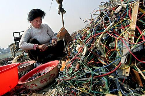 大多數電子廢棄物最終淪落第三世界國家。中國貴嶼的拆解戶正以極簡陋的方法進行零件分類;圖片提供:賴芸