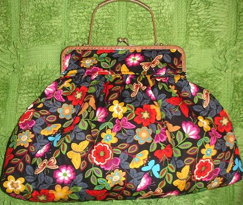 Bolsa grande com ferragem parata e corrente á cor.
