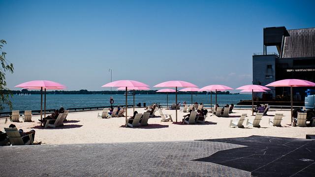 Pink Umbrellas [EOS 5DMK2 | EF 17-40L@40mm | 1/2000 s | f/7.1 | ISO200]