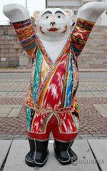 Tajikistan (Ari Helminen) Tags: life bear autumn art colors statue standing suomi finland oso helsinki peace arte bears exhibition harmony handsup understanding syksy karhu rauha unitedbuddybears taide vrit