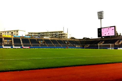 三ツ沢球技場で横浜FCの試合。スポンサー冠試合なんで開始までうちわ配り。