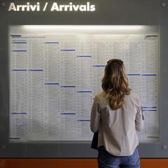 arrivi... (matteo | sartori) Tags: torino donna nikon images persone porta getty matteo stazione nuova d300 sartori arrivi partenze
