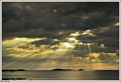 RAYOS DE LUZ (Pepe Rosell) Tags: morning sea sky seascape art clouds sunrise canon island mar mediterranean mediterraneo alba paisaje amanecer ibiza cielo nubes eivissa sunrays mediterranee santaeulalia skyligth canon1785isusm kenkond4