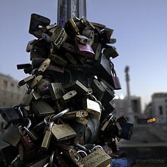 ...eterno? (ma[mi]losa) Tags: nikon d200 lecce lucchetti chiavi amoreeterno piazzasantoronzo nikon1755mmf28gafs mamilosa micheledefilippo