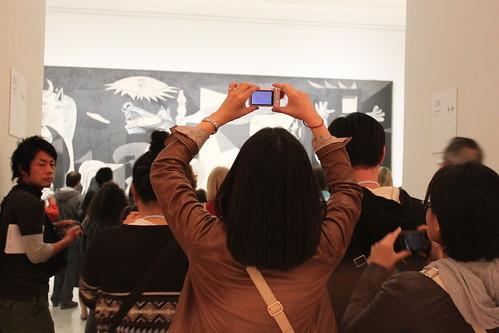 japoneses fotografiando en grupo al Gernica