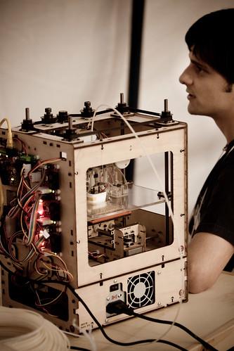 Rodrigo Pitanga (Garoa Hacker Clube) com sua impressora 3D, a Cupcake CNC.