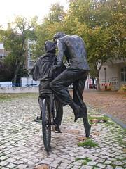 Pai a ensinar filho a andar de bicicleta