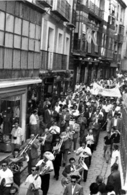 Comitiva por las calles de Toledo en la celebración del Tour ganado por Bahamontes en agosto de 1959