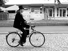 Sommer in der Stadt / Summer in the city (ingrid eulenfan) Tags: flickrfriday summervacations sommerferien urlaub stadt fahrrad mann men person holiday city summer street strassen